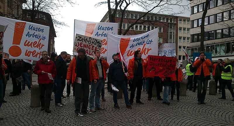 Warnsteik: Redakteure aus Schleswig-Holstein auf dem Asmus-Bremer-Platz in Kiel.