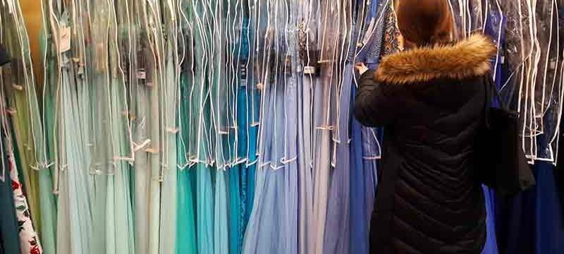 Kleider für den Abiball in Reih und Glied: Die Farben sind unterschiedlich, Schnitt und Art gleichen sich.