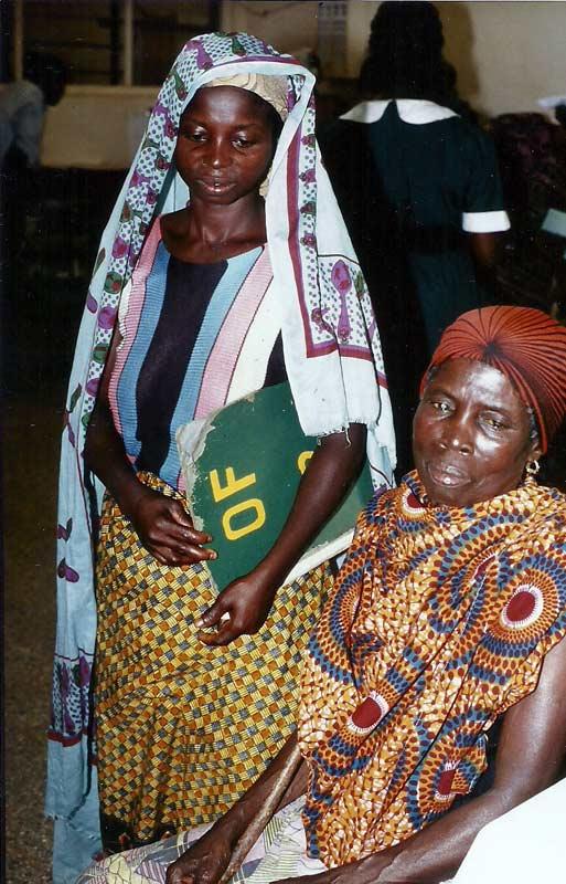 Afia Birago und ihre Tochter Akna Adowaa (links)