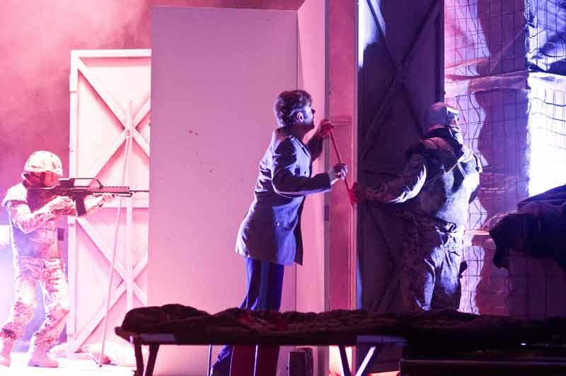 """Inszenierung """"Antigone"""" des Jungen Schauspiel Ensembles München. Die Aufführung  wird bei Gastspielen im gesamten deutschsprachigen Raum gezeigt. Foto: Max Ott"""
