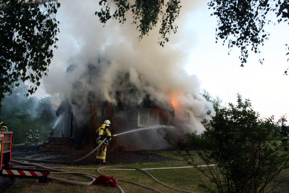 Trotz des vollen Einsatzes der Feuerwehr brannte das Haus lichterloh.
