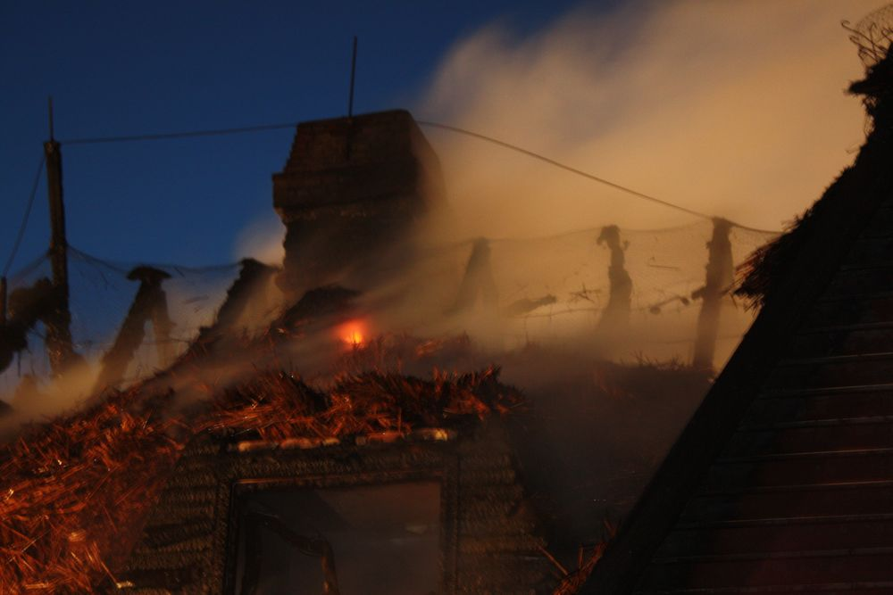 Immer wieder brach das Feuer im kompaten Reet neu aus.