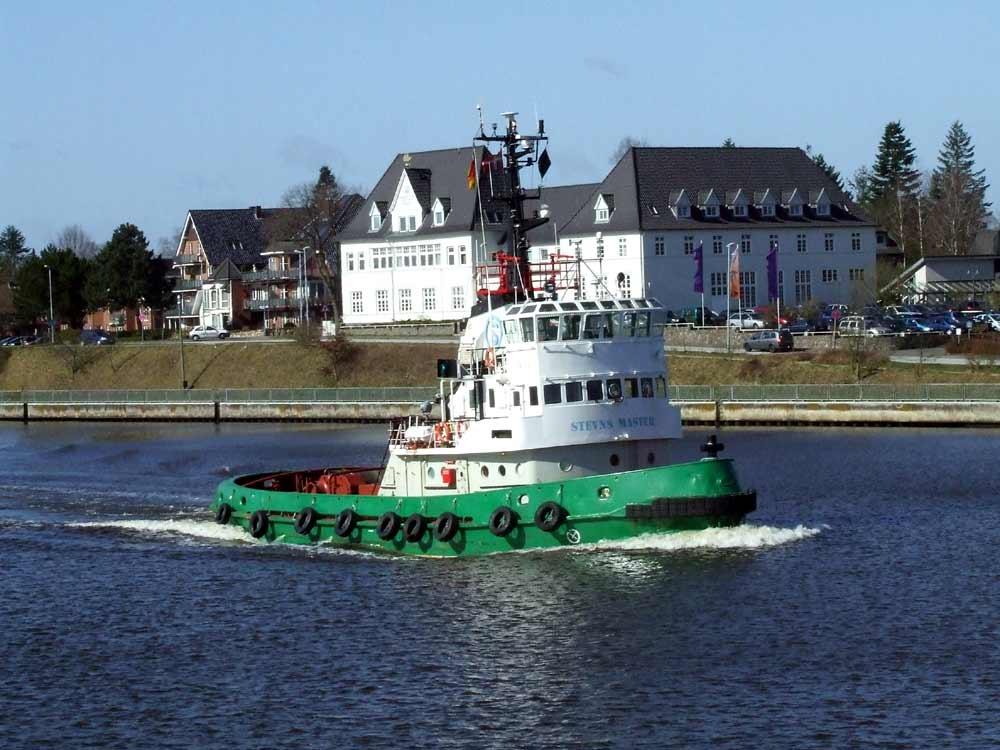 Schlepper auf dem Nord-Ostsee-Kanal bei Rendsburg