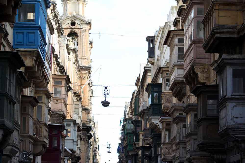 Maltas typische Holzbalkone.