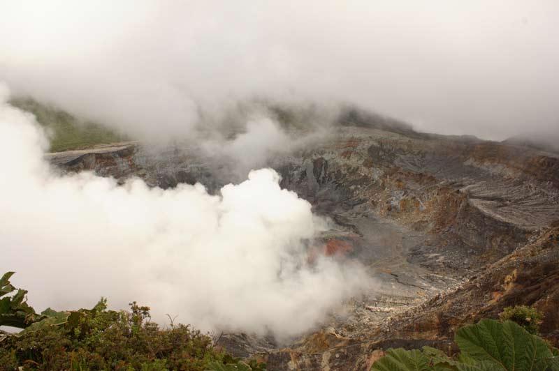 Blick in den Krater des Poás.