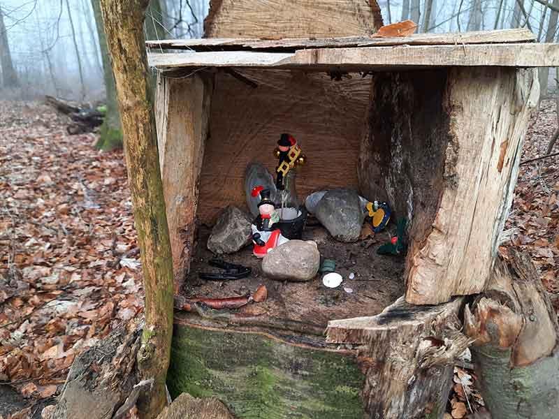 Waldaltar aus Holz mit Steinen und Figürchen.