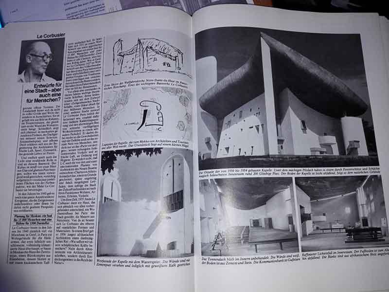 Die Seite über Le Borbusiers Kapelle Notre Dame du Haut im Buch GROSSE ARCHITEKTEN