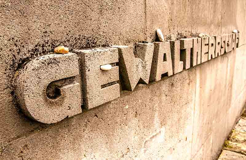 Gedenkstätte Bergen-Belsen, Gedenkmauer mit dem Wort Gewaltherrschaft