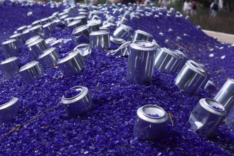 Fata morgana: Blaue Glasscherben-Endmoräne, garniert mit glänzenden Getränkedosen.