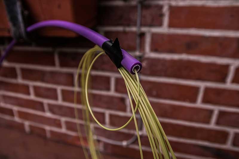 Da baumelte das Glasfaserkabel noch draußen an der Hauswand. Mittlerweile ist es installiert.