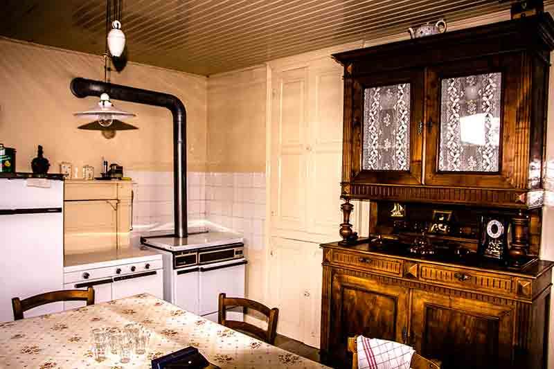 Die Bauernhaus-Küche. Hinter dem Ofen verbirgt sich der alte Kochkamin.