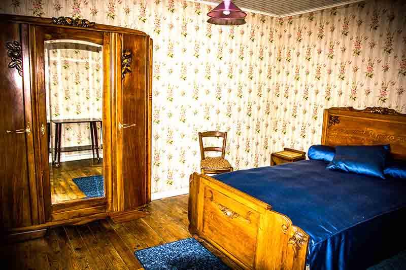 Blümchentapete und dunkle Holzmöbel: Das Schlafzimmer der Großeltern.