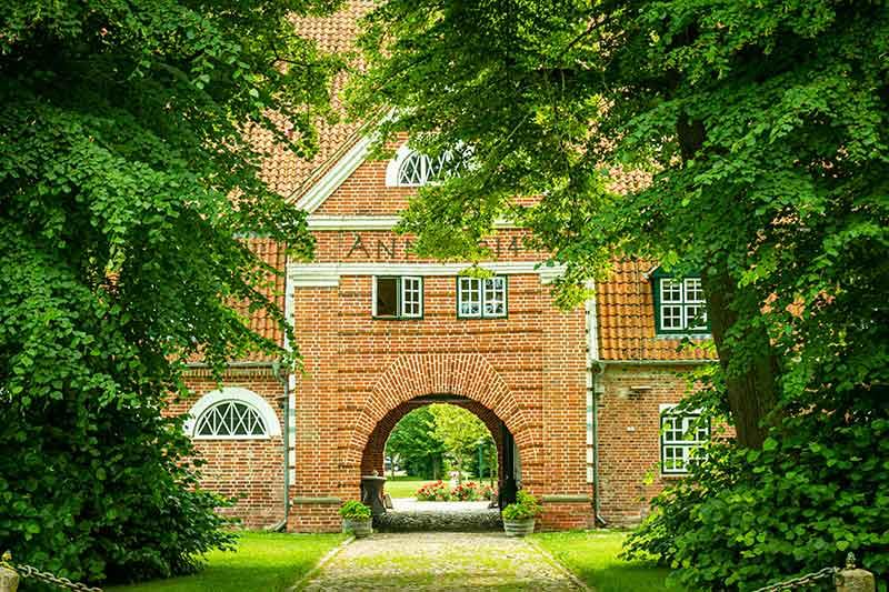 Das Torhaus ist das ortsbildprägende Gebäude von Pronstorf.