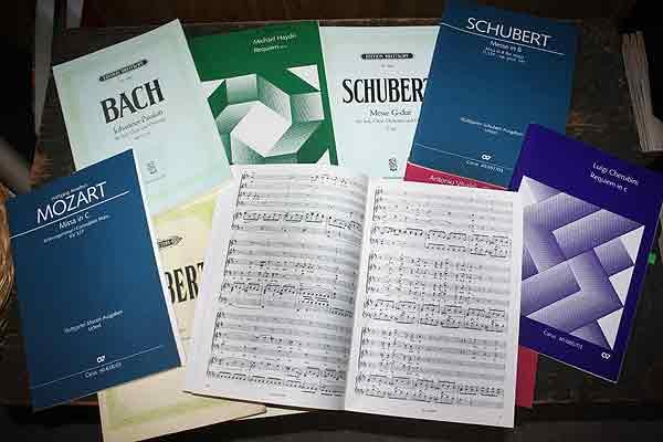 Immer noch überall gängig: Noten, in diesem Fall Klavierauszüge, auf Papier.