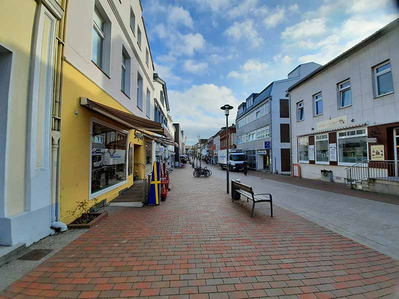 Die Fußgängerzone einer Kleinstadt: Hier herrscht Maskenpflicht.