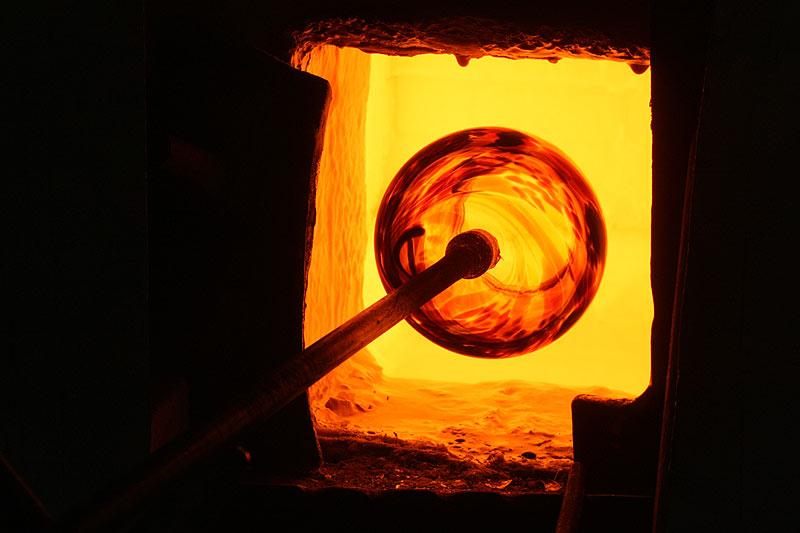 Im Glasofen wird das Glas bei 1200 Grad erhitzt.