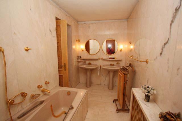 Das herrschaftliche Bad mit goldenen Wasserhähnen.