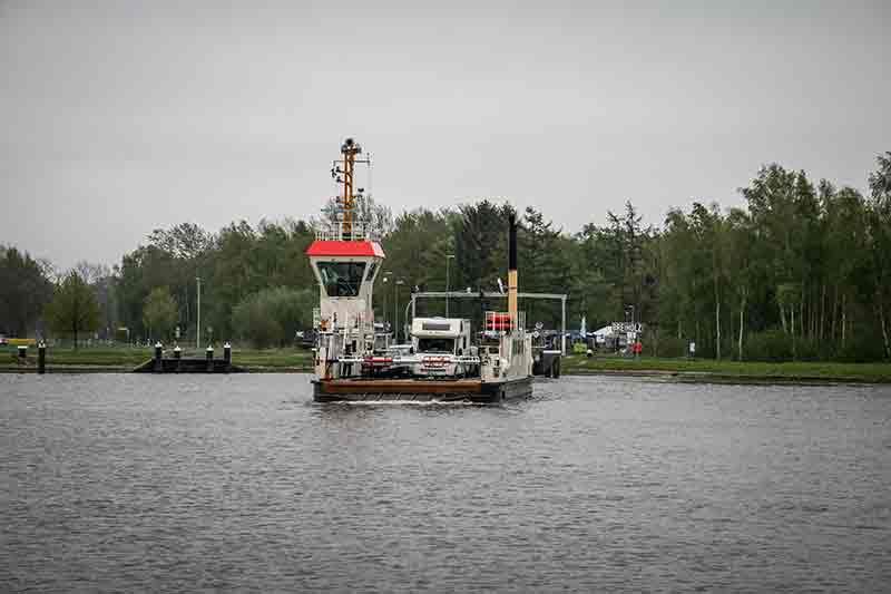 Die Kanalfähre Breiholz auf dem Wasser des Nord-Ostsee-Kanals