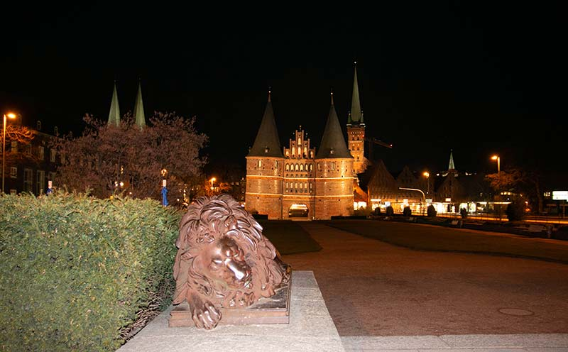 Die Löwen vor dem Holstentor vorne angeblitzt.