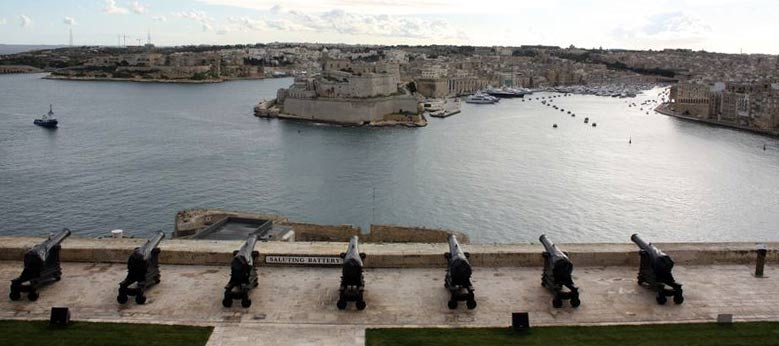 Valetta: Die Saluting Battery gegenüber den Three Cities