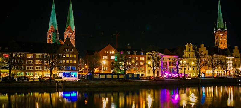 Die Lübecker Untertrave bei Nacht, von der Wallhalbinsel aus gesehen.