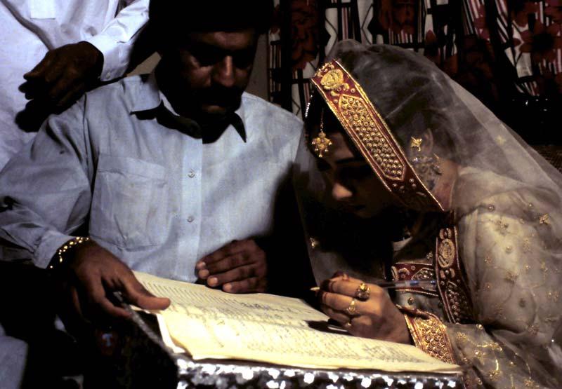 Purdah-Regel: Die Braut unterschreibt die Heiratsurkunde in Abwesenheit des Bräutigams.