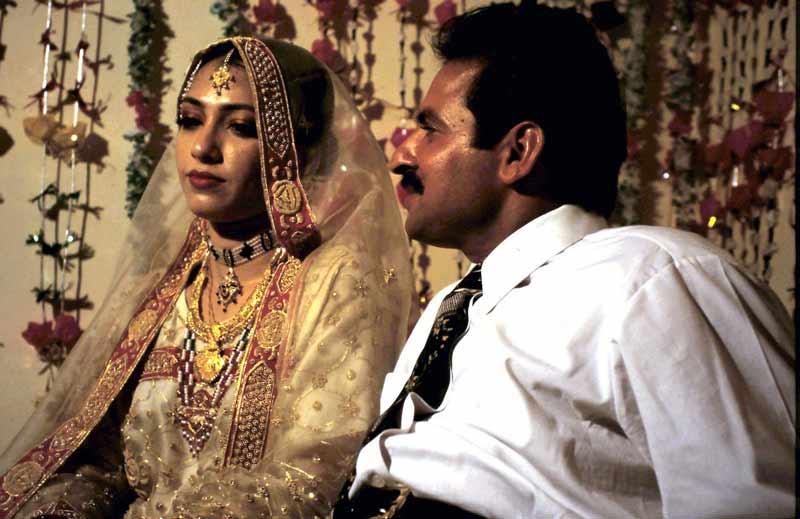 Das frisch vermählte Paar auf dem Hochzeitsbett.