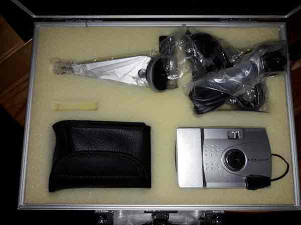 Plastikkamera Nr 1 ist in einem Mini-Fotokoffer verpackt.