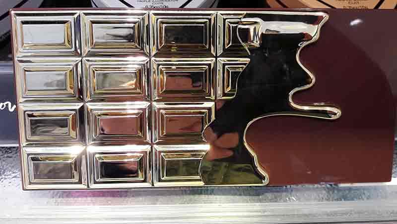 Eine Schachtel, teils braun, teils gold.