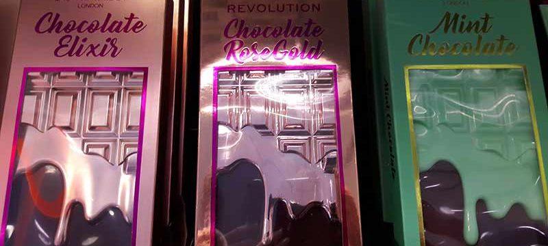 Schokolade für die Augen: Die ungewöhnlichen Lidschatten-Schachteln im Regal.
