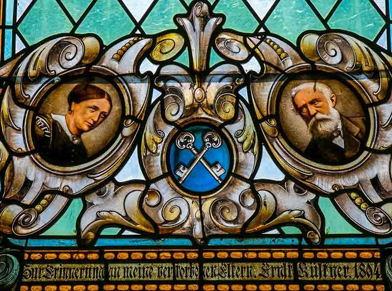 1897 stiftete Ernst Küstner drei Bleiglasfenster zu Erinnerung an seine Eltern.