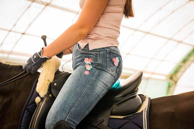 Zwischen dem Sattel und dem Hintern der Reiterin ist der blaue Ball erkennbar.